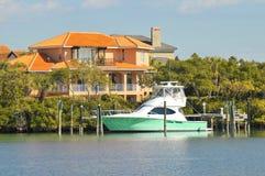 Hogar y barco de lujo en el agua Fotos de archivo libres de regalías
