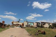Hogar y pertenencia del daño del tornado foto de archivo