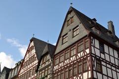 Hogares alemanes con el cielo azul Fotos de archivo