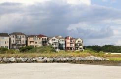 Hogares coloridos de la costa Fotografía de archivo libre de regalías