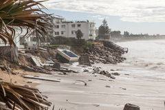 Hogares dañados del frente de la playa fotos de archivo