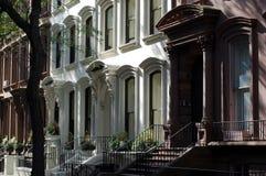 Hogares de la arenisca de color oscuro, alturas de Brooklyn, New York City foto de archivo libre de regalías