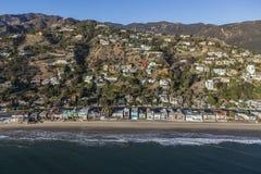 Hogares de la playa y de la ladera de Malibu aéreos cerca de Los Ángeles foto de archivo libre de regalías