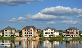 Hogares ejecutivos suburbanos en el lago Foto de archivo libre de regalías