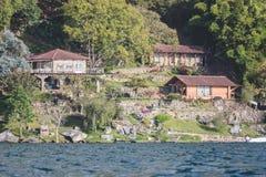 Hogares en el lago Atitlan imágenes de archivo libres de regalías