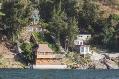 Hogares en el lago Atitlan fotografía de archivo libre de regalías