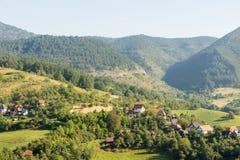 Hogares en las montañas de Dinaric en Serbia imagenes de archivo
