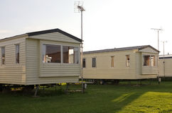 Hogares estáticos del día de fiesta de la caravana en camping Imagen de archivo libre de regalías