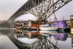 Hogares flotantes debajo del puente Foto de archivo libre de regalías
