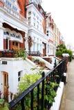 Hogares ingleses Fila de casas colgantes inglesas típicas en Londres Fotos de archivo libres de regalías