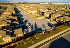 Hogares suburbanos de la puesta del sol aérea baja al norte de Austin cerca de la roca redonda Fotos de archivo libres de regalías
