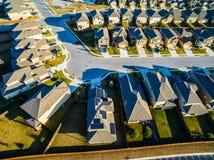 Hogares suburbanos de la puesta del sol aérea baja al norte de Austin cerca de la roca redonda Fotografía de archivo libre de regalías