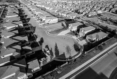 hogares suburbanos de la puesta del sol aérea baja blanco y negro al norte de Austin cerca de la roca redonda Imagen de archivo libre de regalías
