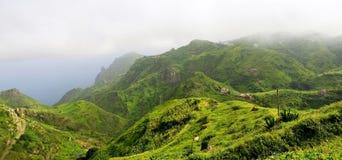 Hogares, tierras de labrantío, y ganado en la cima de la montaña Foto de archivo libre de regalías