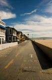 Hogares y calzada de la playa Fotografía de archivo libre de regalías