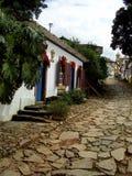 Hogares y tiendas coloniales pintorescos en una calle tranquila que lleva a t foto de archivo