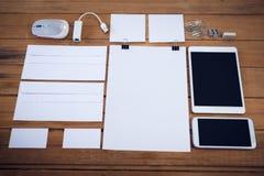 Hoge agnlemening van enveloppen met technologieën en bureaulevering Stock Afbeeldingen
