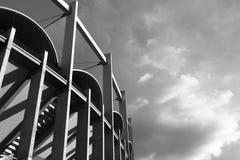 Hoge architectonische verticale lijnen van een gelijktijdig gebouw black&white royalty-vrije stock afbeeldingen