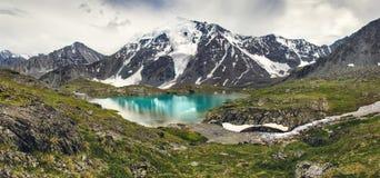 Hoge berg met meer Royalty-vrije Stock Fotografie