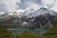 Hoge berggletsjer over het meer Stock Foto's
