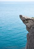 Hoge bergklip bij de overzeese achtergrond Royalty-vrije Stock Fotografie