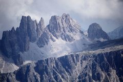 Hoge bergpieken in de dolomietalpen stock foto's