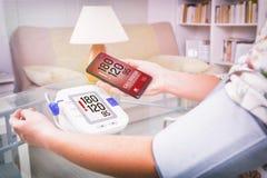 Hoge bloeddruk die - hulp met slimme telefoon app verzoeken Stock Foto's