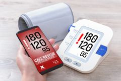 Hoge bloeddruk die - hulp met slimme telefoon app verzoeken Stock Afbeelding