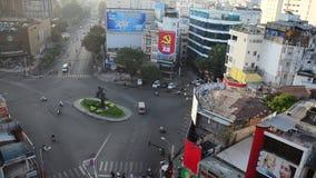 Hoge cityscape van de hoekmening en verkeersweg stock videobeelden
