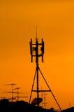 Hoge communicatie mast met radar Stock Afbeelding