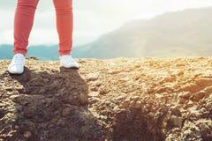 hoge de heuvelpiek die van de bergsteen het genieten van van prachtige adembenemend heeft de bosmening De vakantieconcept van de  stock afbeeldingen
