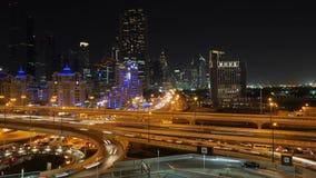 Hoge de tijdtijdspanne van verkeerskruispunten in de stad van Doubai Van het de nacht lichte verkeer van Doubai van de de straatw stock footage