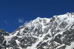 Hoge die bergpieken met sneeuw worden behandeld Stock Afbeelding