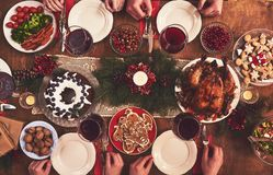 Hoge die hoekmening van lijst voor het diner van de Kerstmisfamilie wordt gediend lusje royalty-vrije stock afbeeldingen