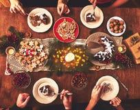 Hoge die hoekmening van lijst voor het diner van de Kerstmisfamilie wordt gediend lusje royalty-vrije stock fotografie