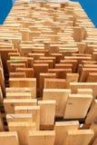 Hoge die stapel van houten raad wordt bevolen royalty-vrije stock afbeeldingen