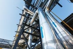 Hoge drukpijpleiding om gas van roestvrij staalrubriek aan estokad te vervoeren De pijpleiding heeft het grote blauwe pijl richte stock afbeelding