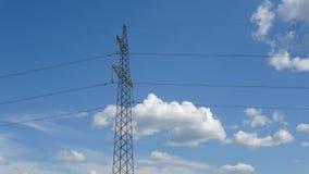 Hoge elektriciteitstoren en wolkenmotie, tijdtijdspanne stock videobeelden
