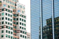 Hoge gebouwen Bezinningen in Vensters Royalty-vrije Stock Foto