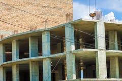 Hoge gebouwen met meerdere verdiepingen in aanbouw en kranen agains Royalty-vrije Stock Foto's