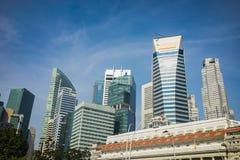 Hoge gebouwen in Singapore op blauwe hemelachtergrond Royalty-vrije Stock Foto