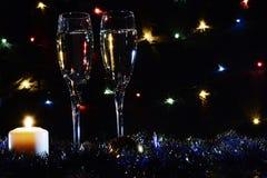 Hoge glazen voor champagne Goede Nieuwjaargeest Kaarsen en CH royalty-vrije stock fotografie