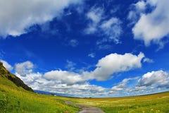 Hoge hemel en cumuluswolken Royalty-vrije Stock Fotografie