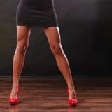 Hoge het rood hielt spiked schoenen op sexy vrouwelijke benen Royalty-vrije Stock Afbeelding