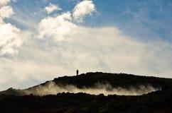 Hoge heuvel die het geothermische gebied van Krysuvik overheerst royalty-vrije stock fotografie