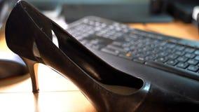 Hoge hielen op een bureau op het werk stock footage