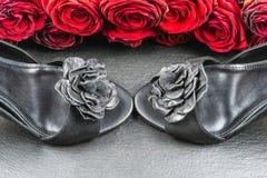 Hoge hielschoenen, rozen op zwarte steenachtergrond royalty-vrije stock fotografie