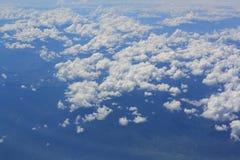 Hoge hoek met hemelmotieven en witte wolken royalty-vrije stock fotografie