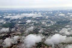 Hoge hoekmening over de wolk van cornfield en groen landbouwgebied royalty-vrije stock fotografie