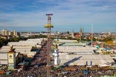 Hoge hoekmening over overladen het meest oktoberfest in München stock foto